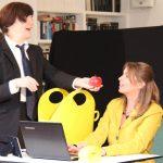 """""""Ich habe Ihnen etwas mitgebracht"""" Frau Baumann (Martina Frenzel) gibt Bettina (Signe Zurmuehlen) den berühmten Apfel, Auftritt im Rahmen der Teamer-Tagung im ver.di Bildungszentrum Walsrode 2018"""