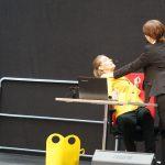 """""""Fuehlen Sie sich hier gesund?"""" fragt Frau Baumann Bettina. Signe Zurmühlen und Martina Frenzel bei der Betriebsversammlung der DB Cargo AG"""
