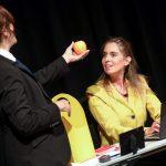 Frau Baumann überreicht Bettina einen Apfel!Foto: Thomas Range, IG Metall Bildungszentrum Sprockhöve