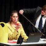 Frau Baumann vergibt den richtigen Platz für den Apfel!Foto: Thomas Range, IG Metall Bildungszentrum Sprockhöve